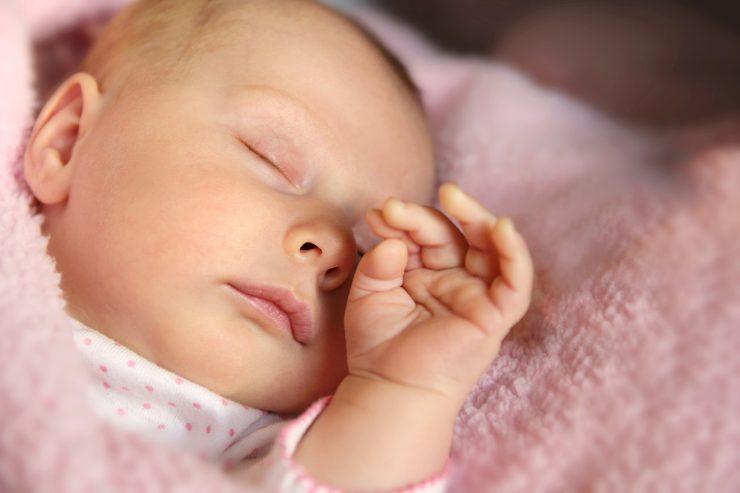 Das Baby schläft unruhig