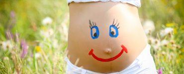 Schwangerschaftsbauch mit Gesicht